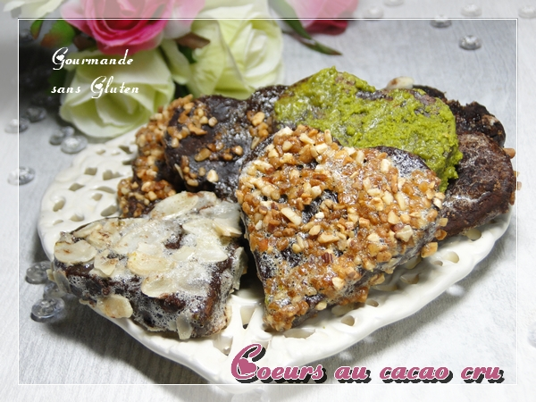 Biscuits en coeurs sans gluten au cacao cru