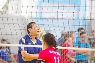 Các cầu thủ nữ BFC Tây Ninh tặng quà sinh nhật ý nghĩa đến HLV Đào Ngọc Chánh