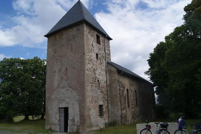Eine kleine Kirche mit beschädigter Fassade und ohne Tür