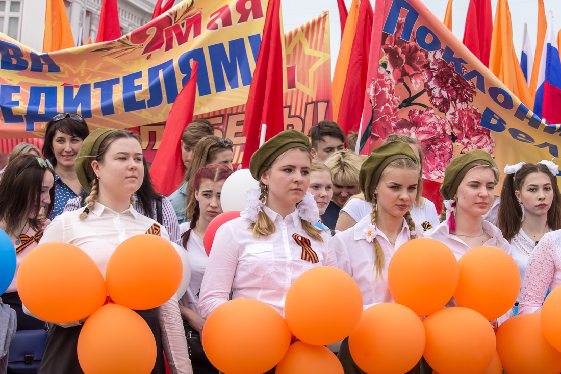 Девушки в беретках с оранжевыми шариками
