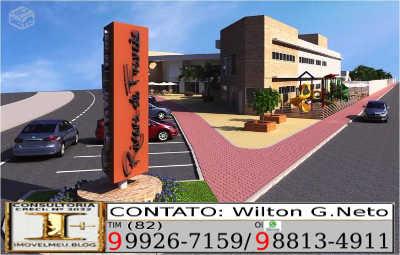 Estacionamento e frente do centro comercial integrado.
