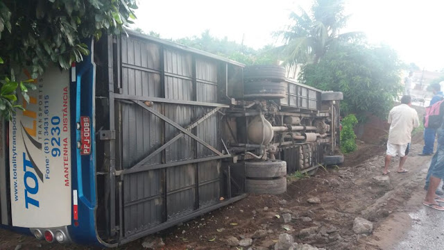 Acidente de ônibus com funcionários da Jeep deixa feridos em Goiana