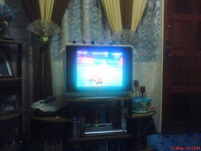 gambar televisyen dan rak televisyen ringkas diletakkan di pangsapuri atau rumah flat.