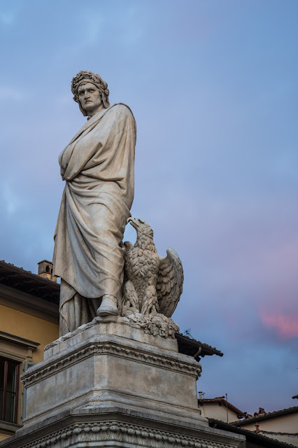 A la izquierda de la fachada principal: monumento a Dante Alighieri :: Canon EOS5D MkIII | ISO100 | Canon 24-105@65mm | f/4.0 | 1/30s