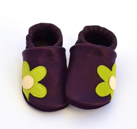 911fbf632 Tienen un cierre de goma elástica que no deja que se caigan ni que sea  fácil para el bebé quitárselos. Están recomendados por pediatras y  fisioterapeutas.