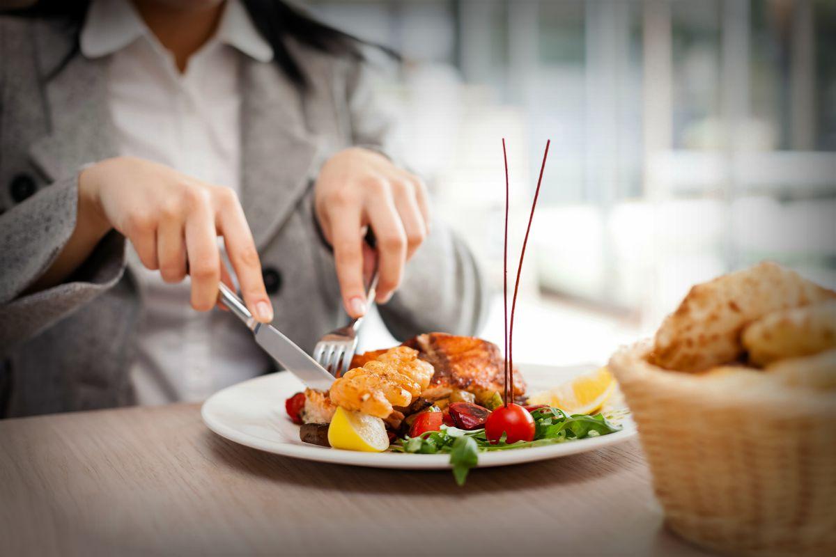 Ψυχολογικά τρικ που εφαρμόζουν τα εστιατόρια