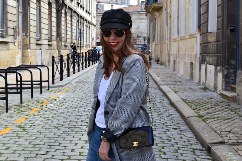 veste prince de galles Missguided, jupe en jean H&M, sac Chanel, casquette de marin Pimkie