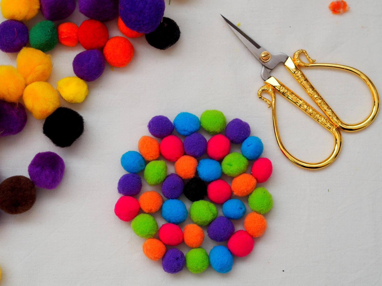 DIY: farebná podložka pod pohár z brmbolcov na spríjemnenie dlhých jesenných večerov