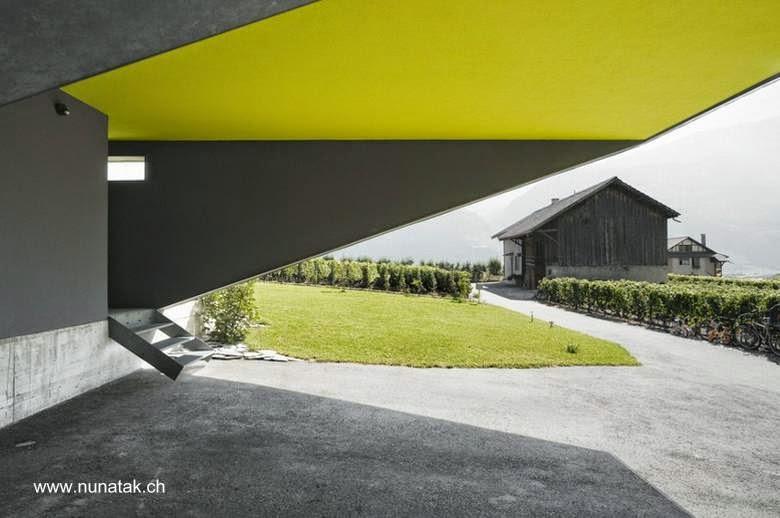 Espacio de cocheras y un acceso a casa  contemporánea suiza
