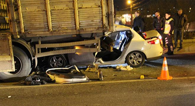 Diyarbakır Gazi Yaşargil EAH Kavşağında otomobil TIR'ın altına girdi: 4 ağır yaralı