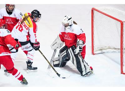 Nina Waidacher de Suiza intenta meter un gol a Martine Terrida de Dinamarca en las eliminatorias de Hockey sobre Hielo femenil rumbo a PyeongChang 2018