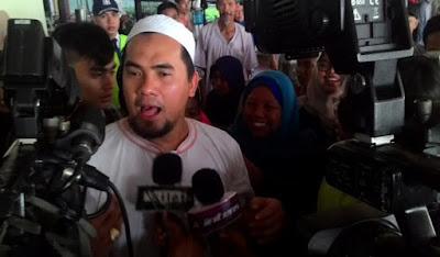 Alamaakkk...Saiful Jamil 'Garap' COWOK ABG di Kamar Asisten