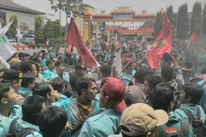 Aksi Demo Mahasiswa Pecah di Solo, Spanduk: Derita Rakyat Sudah Naik Seleher