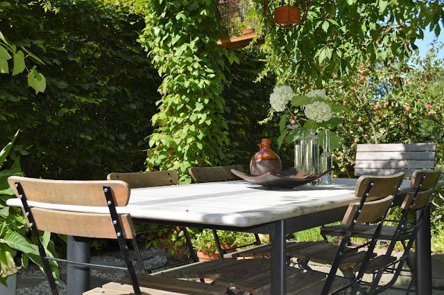 Se en hage i harmoni med seg selv - Spiseplass under pergola. Furulunden.