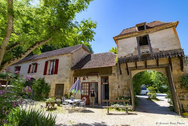 Edificio principal de la Riviére - Les Eyzies de Tayac, Francia por El Guisante Verde Project