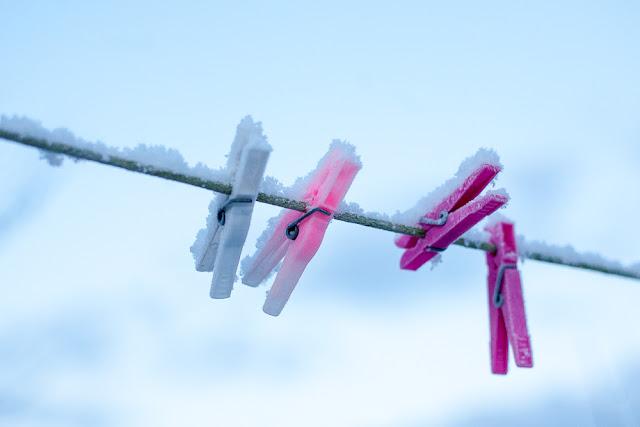 Wäscheklammern auf frostiger Leine