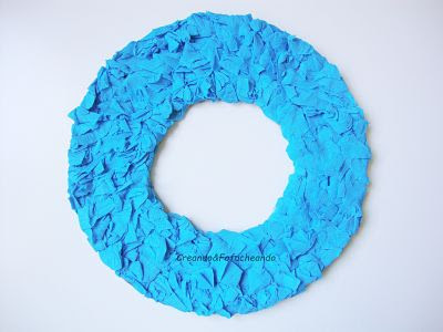 pegamos-el-papel-crespón-corona-marinera-con-cartón-y-papel-crespón