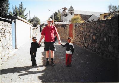Met de meisjes wandelen door Coporaque