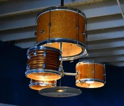 Drum kit menjadi chandelier (lampu hias gantung).
