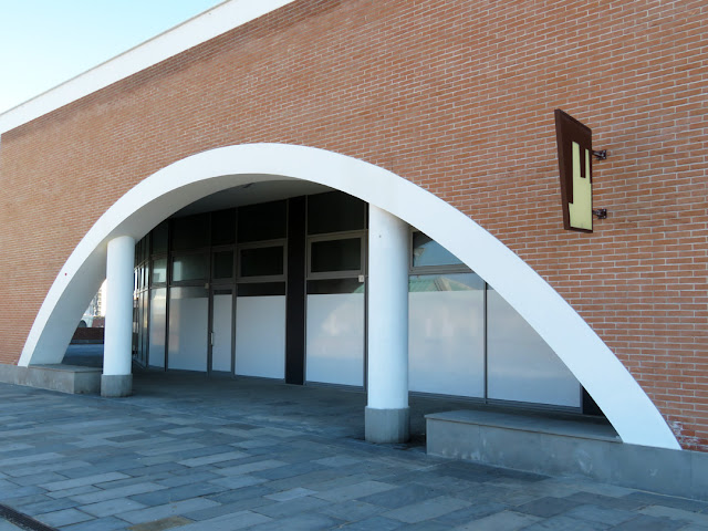 Arch, columns, and bricks,  Porta a Mare (Gate to the Sea) shopping center, Via Primo Levi, Livorno