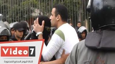 طالب-بجامعة-القاهرة-يعتذر-للشرطة-و-يقبل-رأس-احد-الضباط-كالتشر-عربية