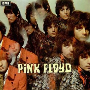 Portada del LP de Pink Floyd The Piper at the Gates of Dawn. Muestra a sus cuatro componentes con caras calidoscópicas triplicadas