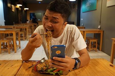 JDlines makan Mie Goreng