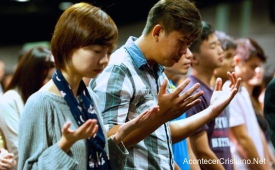 Jóvenes chinos adorando en iglesia