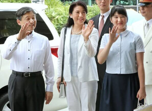Crown Prince Naruhito, Crown Princess Masako and Princess Aiko arrived at the Izuky-Shimoda Station for holiday