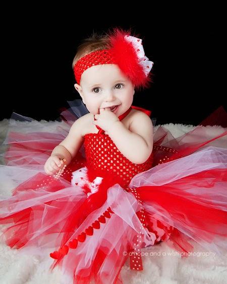 Foto bayi lucu banget pakai tutu dress merah
