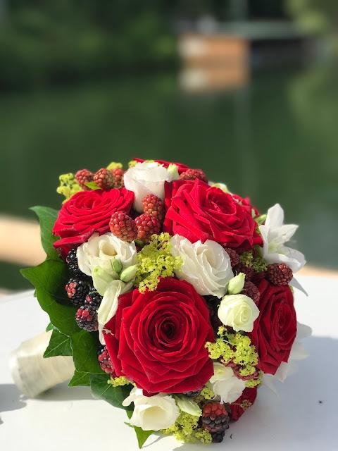 Brautstrauß mit Rosen und Beeren, Bunte Sommerblumen-Hochzeit am See und in den Bergen, Riessersee Hotel Garmisch-Partenkirchen, Bayern, nahe der Zugspitze, Hochzeitsplanerin Uschi Glas