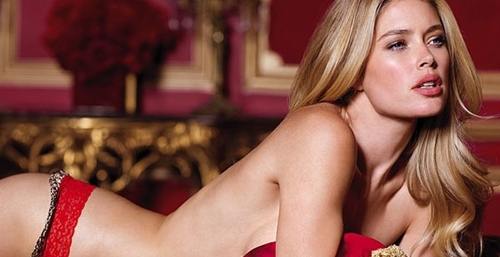 Η ξανθιά καλλονή πόζαρε στο φακό με κόκκινα γιορτινά εσώρουχα της  εταιρείας 953b3d5bca4