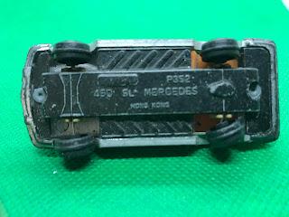 メルセデスベンツ 450SL のおんぼろミニカーを底面から撮影