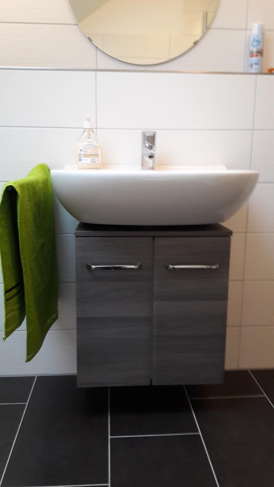 ein traumhaus f r familie s haustour das kleine bad. Black Bedroom Furniture Sets. Home Design Ideas