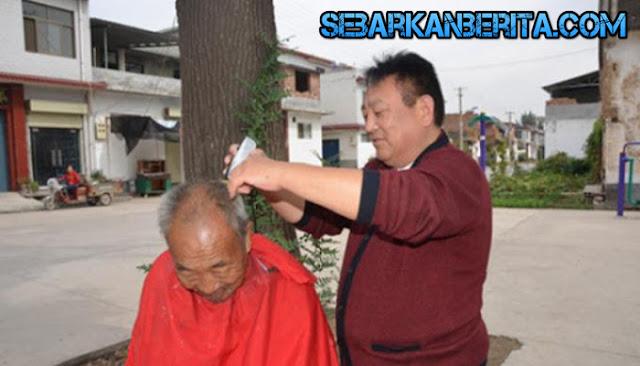 Luar Biasa , Tukang Cukur Ini Tidak Pernah Naikan Tarifnya Selama 25 Tahun, Alasanya Sungguh Bikin Hari