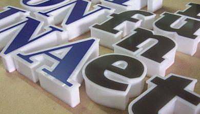 Harga Huruf Timbul Untuk Papan Nama Kantor dari 3 Bahan Unggulan