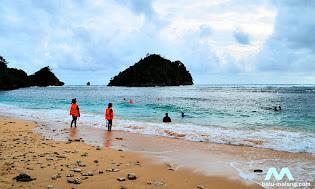 aktivitas wisata di pantai gatra sendangbiru malang selatan