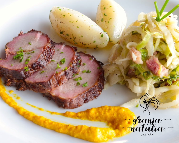 """""""Chocroute"""" con cerdo ahumado en casa con coles marinadas en salmuera y especias, completando el plato la compañía de papas y cebollas"""