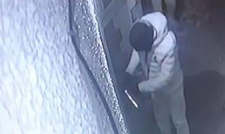 Κάμερα ασφαλείας δείχνει την νέα τεχνική των διαρρηκτών για να μπουκάρουν σε σπίτια γρήγορα και αθόρυβα