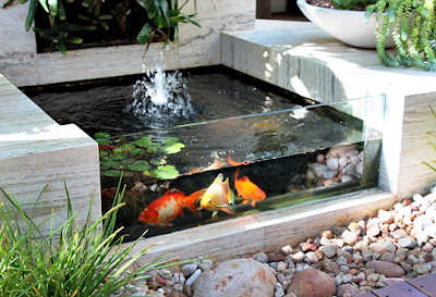 Contoh Taman Dalam Rumah Minimalis Dengan Kolam Ikan Mini bernuansa batu alam putih