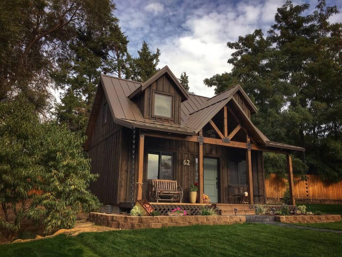 10-Picture-Perfect-Scene-Trish-The-Potter-s-Retreat-Architecture-in-a-Tiny-House-www-designstack-co