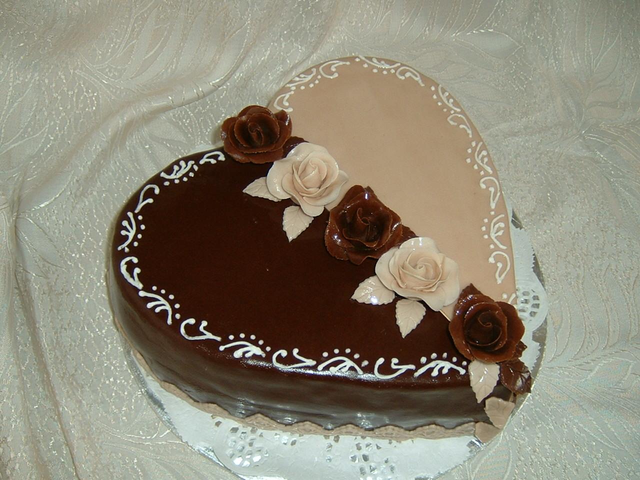 szív torta képek Rozi Erdélyi konyhája: Szív torta,drapp, sötétbarna díszítéssel szív torta képek