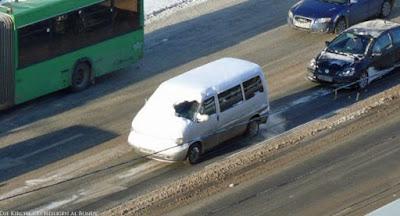 Lustige lustlose Menschen - Auto im Winter frei kratzen - keine lust