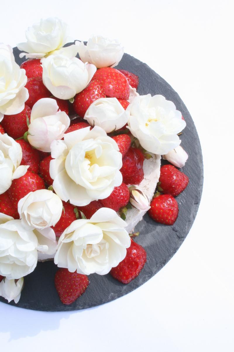 valkosuklaa raakakakku mansikoita syötäviä kukkia