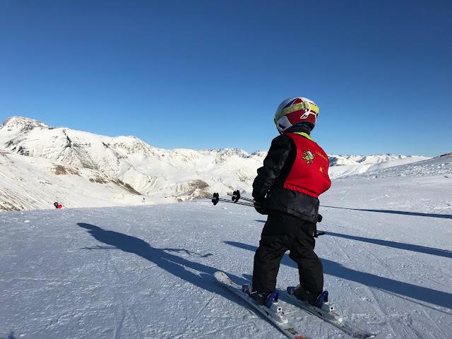 Niño preparado para esquiar