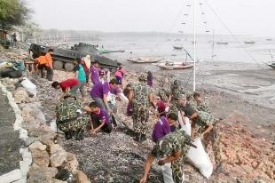 Mantap .. Ratusan Prajurit TNI Gelar Acara Bersih Pantai Di Kawasan Tambak Wedi - Commando