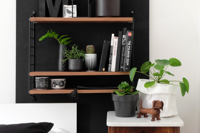 Urban Jungle Bloggers, Plant Shelfie, String Furniture, Minza will Sommer, Marimekko, Ferm Living, DIY, Pilea, Hund, Kay Bojesen, String Pocket, Schlafzimmer, Zimmerpflanzen, schwarze Wand, Stelton