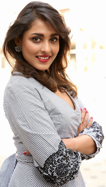 Madhu Shalini low neck milky white cleavage hot outdoor photo