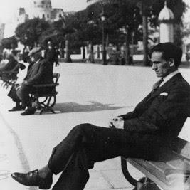 Imagen de César Vallejo sentado en un banco
