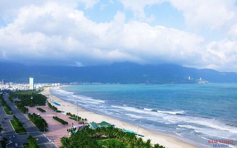 Kim Long Season nằm ngay cạnh mặt biển Mỹ Khê